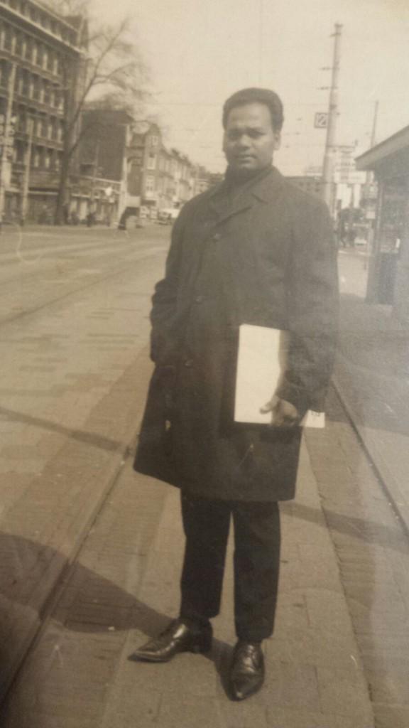Den Haag 1968. Mijn vader met zijn certificaten onder zijn arm op zoek naar een baan